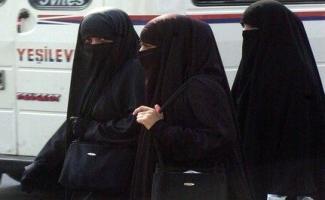 Trois femmes en niqab